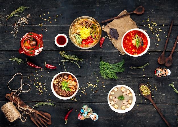 Verschiedene suppe kuksi pilzcreme ramen tom yam