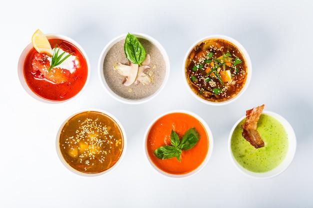Verschiedene suppen aus verschiedenen küchen