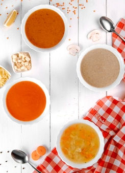 Verschiedene suppen mit pilztomaten und linsen