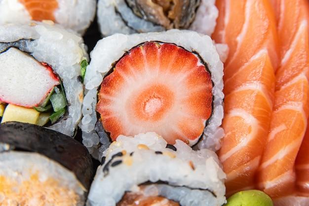 Verschiedene sushi auf dem teller auf dem tisch - detail