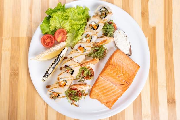 Verschiedene sushi, garnelen und ein stück gegrillter lachs. für jeden zweck.