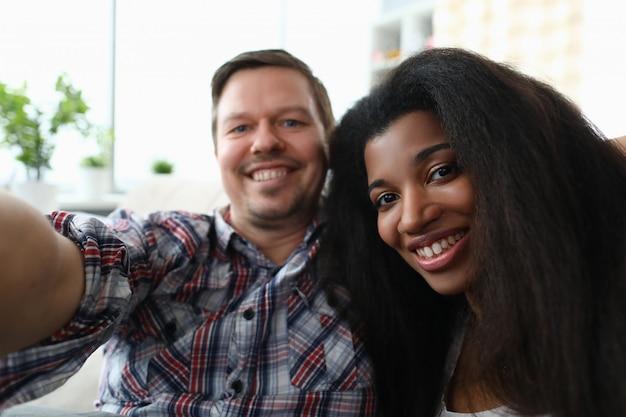 Verschiedene tausendjährige paarleute machen gesicht selfie