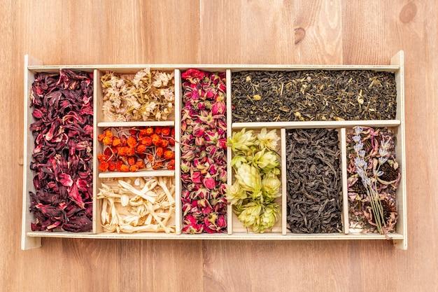 Verschiedene teeblätter, getrocknete beeren und blüten. gesundes getränkkonzept.