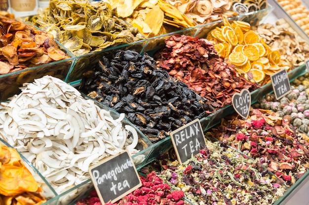 Verschiedene teesorten. ägyptischer markt in istanbul, die türkei.
