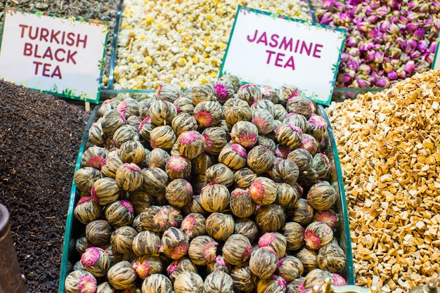 Verschiedene teesorten auf dem ägyptischen basar in istanbul