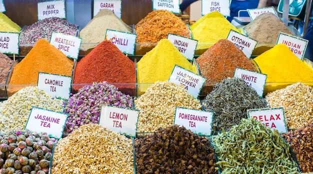 Verschiedene teesorten und gewürze auf dem ägyptischen basar in istanbul