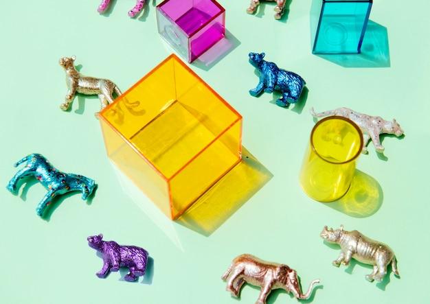 Verschiedene tierspielzeugfiguren mit kästen und in einem bunten hintergrund