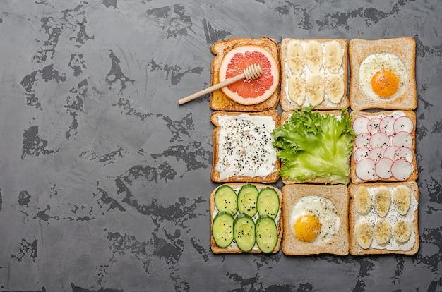 Verschiedene toast auf einem grauen hintergrund.