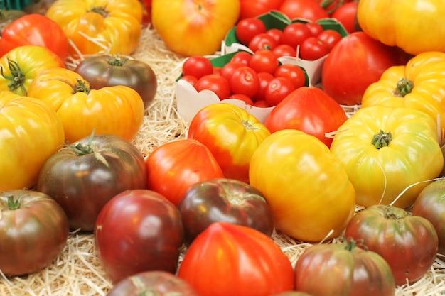 Verschiedene tomatensorten auf dem markt