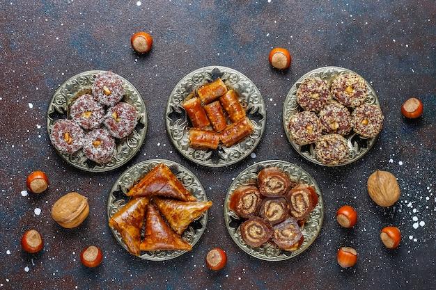 Verschiedene traditionelle türkische genüsse mit nüssen
