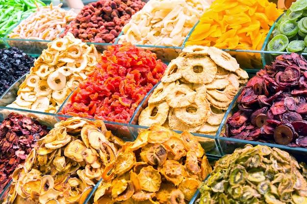 Verschiedene trockenfrüchte auf dem großartigen basar in istanbul, die türkei