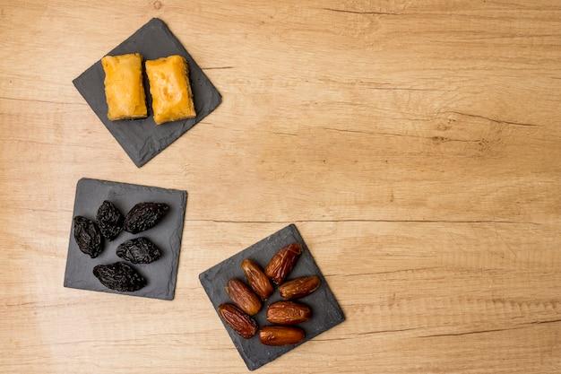 Verschiedene trockenfrüchte mit östlichen süßigkeiten