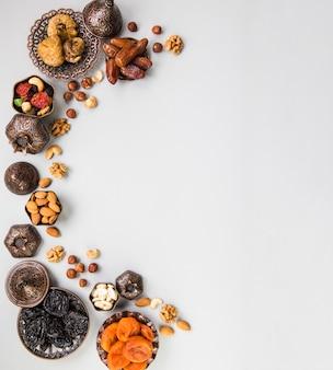Verschiedene trockenfrüchte und nüsse auf tabelle