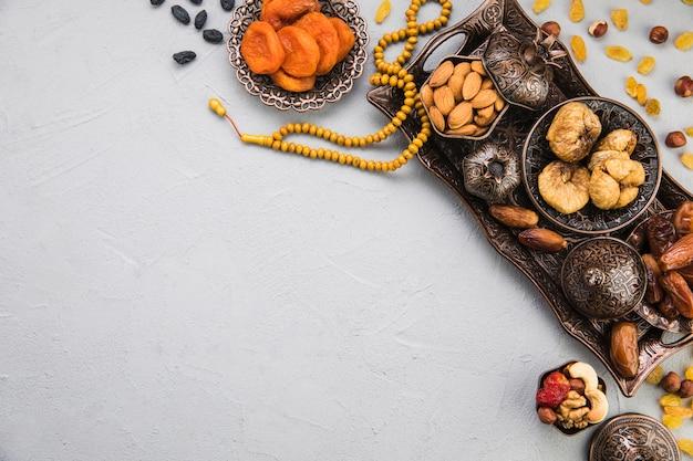 Verschiedene trockenfrüchte und nüsse auf tablett