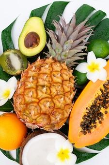 Verschiedene tropische früchte auf einem grünen blatt