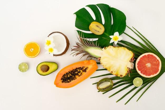 Verschiedene tropische früchte lokalisiert auf weiß