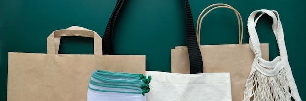 Verschiedene umweltfreundliche verpackung auf einem grünen hintergrund.