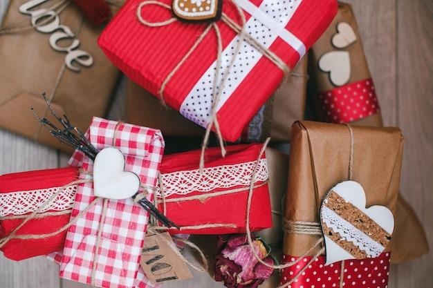 Verschiedene valentine geschenke mit herzen scheinen von oben