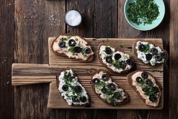 Verschiedene vegetarische spanische tapas pintxos sandwiches käsefüllung und kräuter