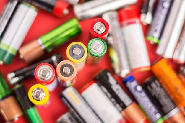 Verschiedene vertikal stehende und herumliegende batterien