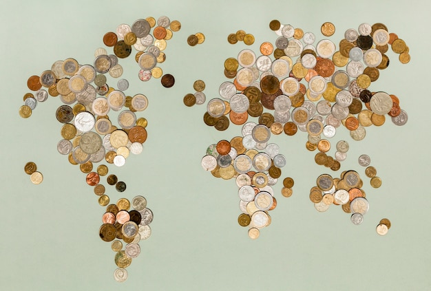 Verschiedene währungsmünzen, die die weltkarte erstellen