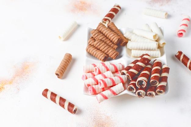 Verschiedene waffelrollen in keramikplatten, draufsicht.