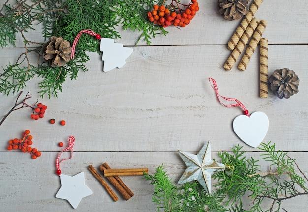 Verschiedene weihnachtsdekorationen am pfingstmontag