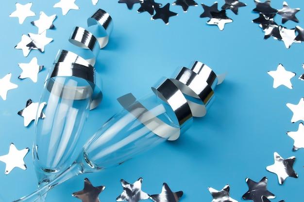 Verschiedene weihnachtsdekorationen auf blau