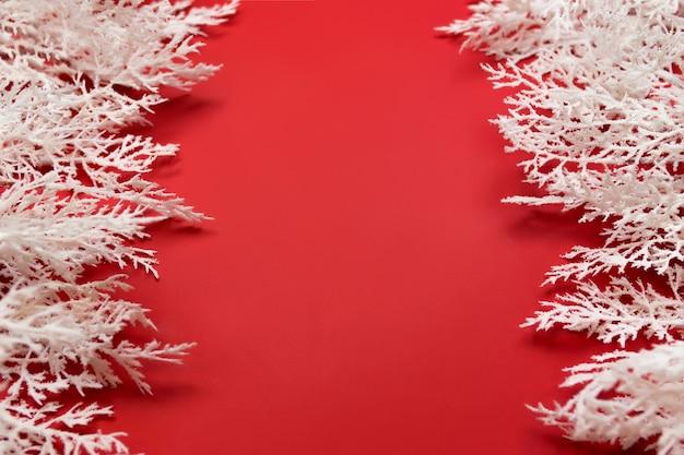 Verschiedene weihnachtsdekorationen auf rot