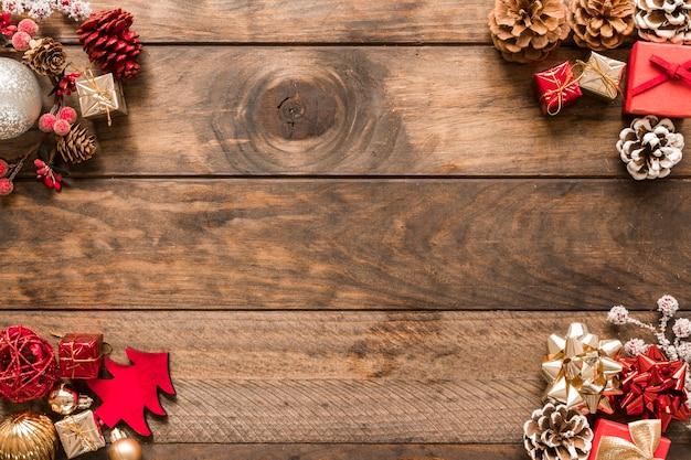 Verschiedene weihnachtsdekorationen und spielzeug