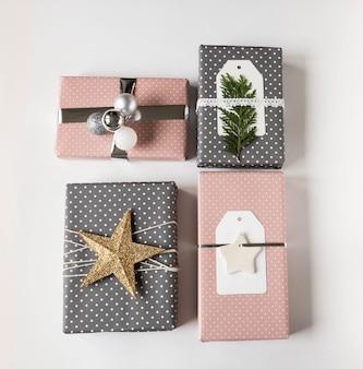 Verschiedene weihnachtsgeschenkboxen. sammlung von weihnachtsgeschenkboxen und -dekoration auf weißem hintergrund. geschenkverpackung dekor ideen. flach liegen. kopieren sie platz