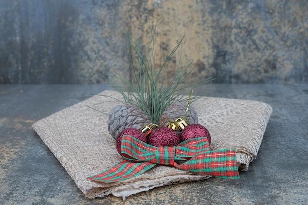 Verschiedene weihnachtsschmuck und sackleinen auf marmortisch. hochwertiges foto