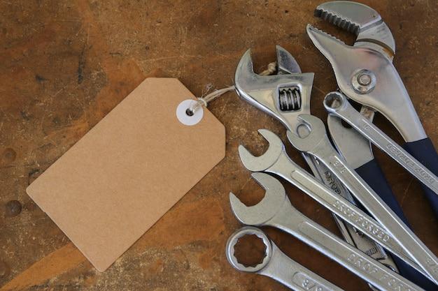 Verschiedene werkzeuge auf rustikaler holzplatte