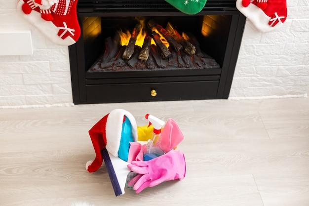Verschiedene werkzeuge für die reinigung in der küche über weihnachtshintergrund