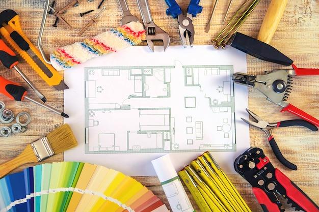 Verschiedene werkzeuge für die renovierung von häusern. selektiver fokus. farbe.