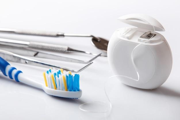 Verschiedene werkzeuge für die zahnpflege
