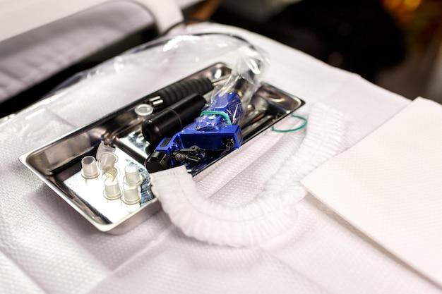 Verschiedene werkzeuge für professionelles permanent make-up auf medizintisch.