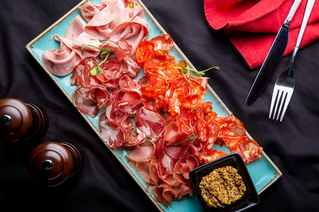 Verschiedene wurstwaren, schinken, schinkenscheiben, trockenfleisch vom rind, salami, fleisch und senf