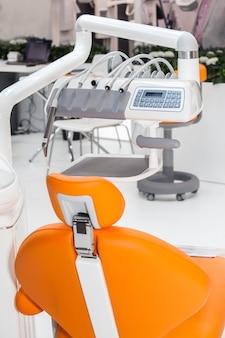 Verschiedene zahnärztliche instrumente und werkzeuge in einer zahnarztpraxis