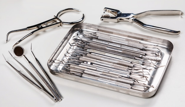 Verschiedene zahnärztliche instrumente