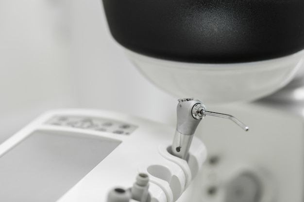 Verschiedene zahnmedizinische instrumente und werkzeuge in einem zahnarztbüro