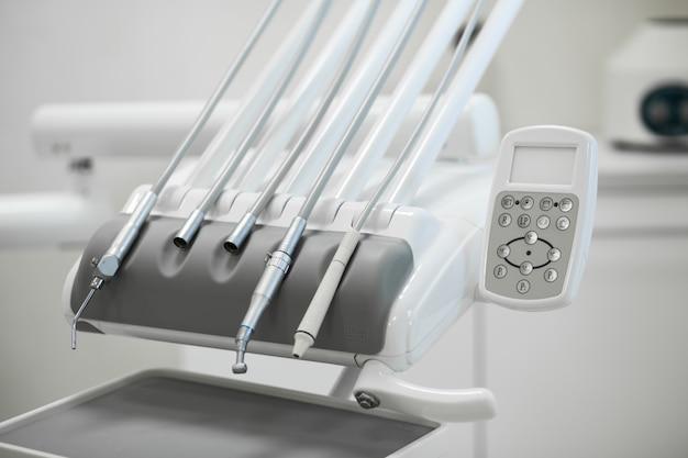 Verschiedene zahnmedizinische instrumente und werkzeuge in einem zahnarztbüro.