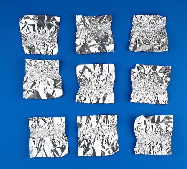 Verschiedene zerknitterte folien verwendeten bonbonpapier auf blau