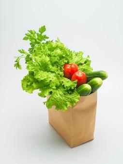Verschiedene zutaten für gemüsesalat salat petersilie dill tomaten gurken