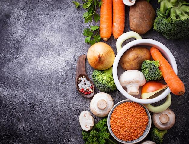 Verschiedene zutaten zum kochen von gemüsesuppe. veganes essen.