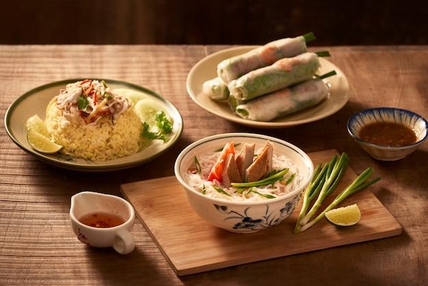 Verschiedenes asiatisches abendessen, vietnamesisches essen. hühnerreis, bun cha ca, nudeln, frühlingsrollen