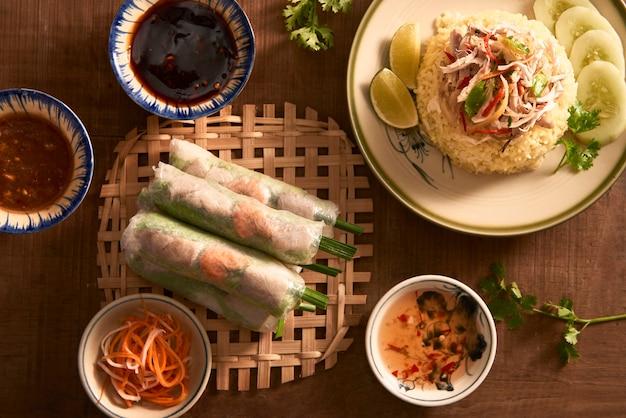 Verschiedenes asiatisches abendessen, vietnamesisches essen. hühnerreis, frühlingsrollen