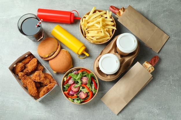 Verschiedenes fast food auf grauem strukturiertem tisch