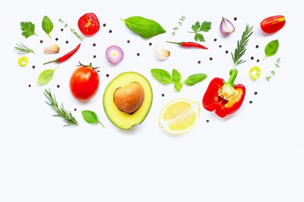 Verschiedenes frisches gemüse und kräuter. gesundes essenkonzept