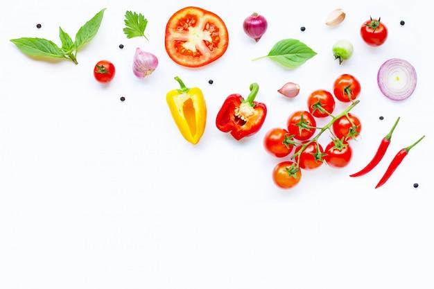 Verschiedenes frischgemüse und kräuter auf weiß. gesundes essenkonzept
